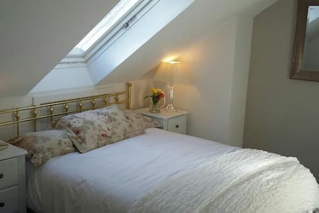 2 lovely quiet sunny attic rooms with LG showerrm - Newtown Saint Boswells, Scotland, GB - Hus