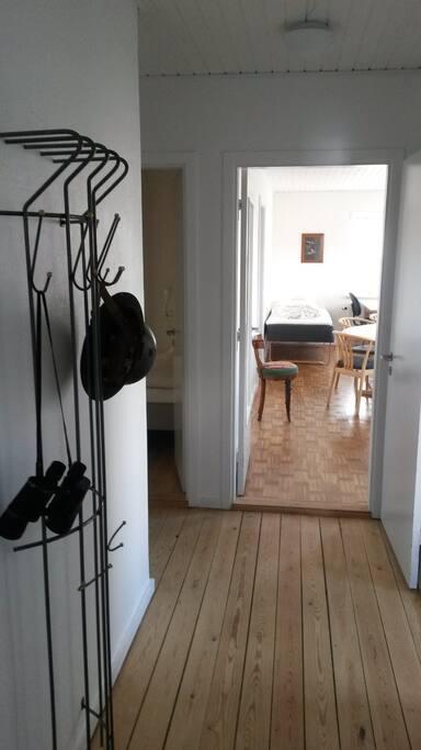 Entre med direkte adgang til køkken, toilet/bad, tre værl. og stue.