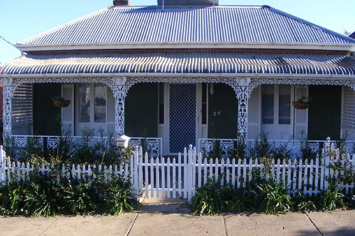 Federation cottage located off CBD - East Tamworth