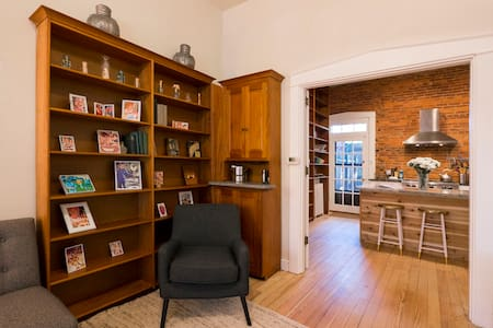 Beautifully Remodeled Downtown Retreat - Lancaster - Townhouse