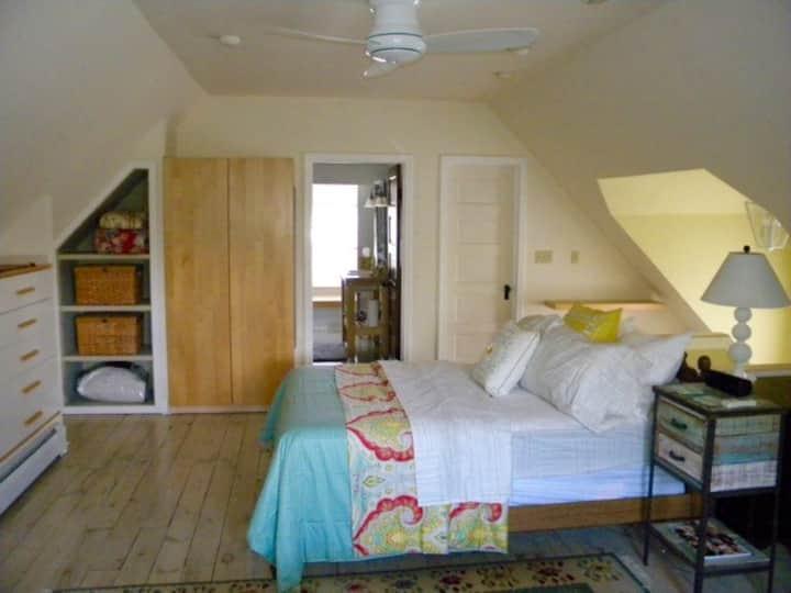 Moderna habitación privada y baño en la casa de si
