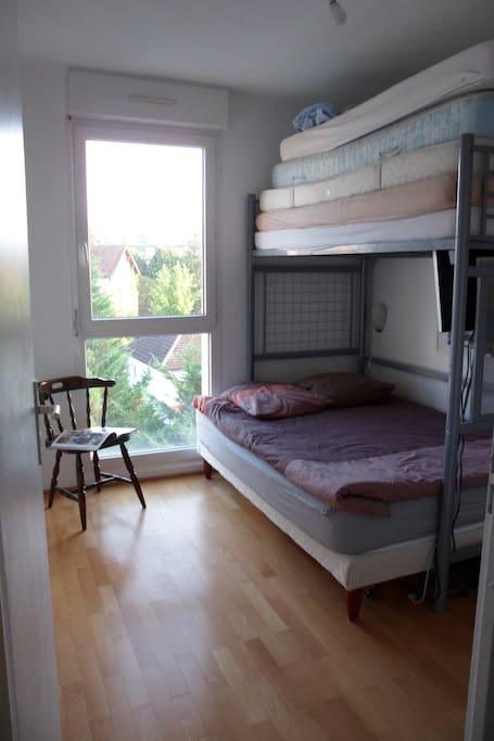 chambre meubl e lit 140 quartier de la gare chambres d 39 h tes louer dijon bourgogne. Black Bedroom Furniture Sets. Home Design Ideas