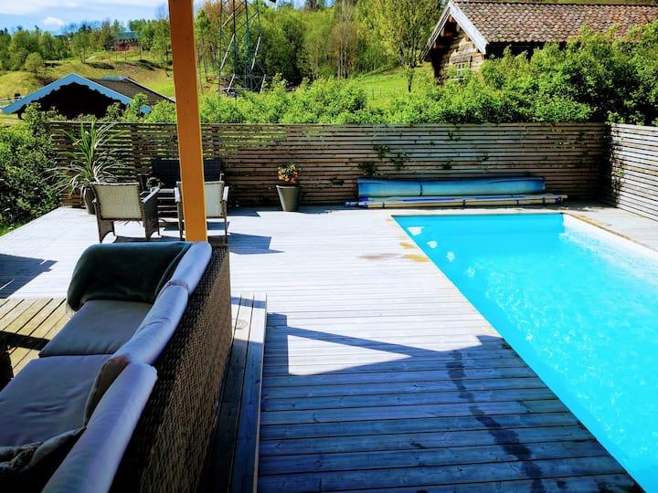 Stort hus med flott oppvarmet basseng nær Oslo