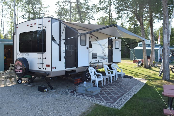 CAMPER 2017 Rockwood Ultralight 30' camper rental