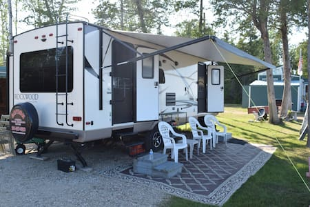 CAMPER 2017 Rockwood Ultralight 30' camper rental