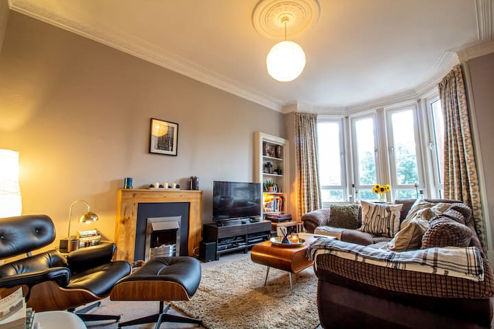 Traditional & Stylish 2 Bed Tenement, Near Ibrox!