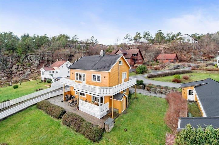 Familievennlig hus med stor hage og sjøutsikt - Tofte