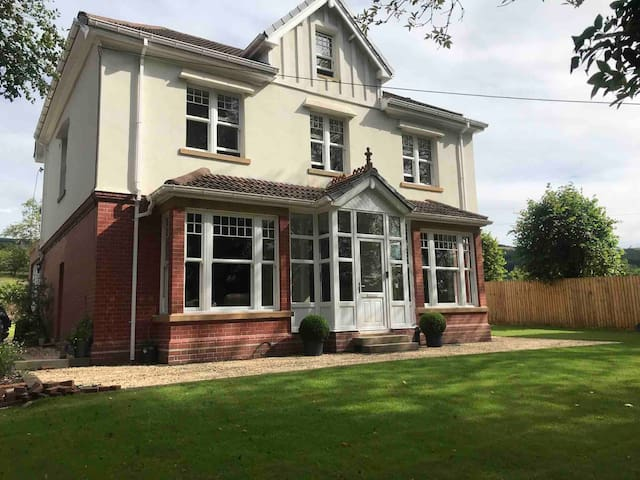 Beautiful Period 7 Bedroom House For Exclusive Use