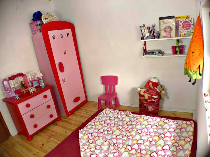 Kid's Friendly🚪w/Queen FLR 🛏 + 🧸 + 📚 + 🖍 + 🎨
