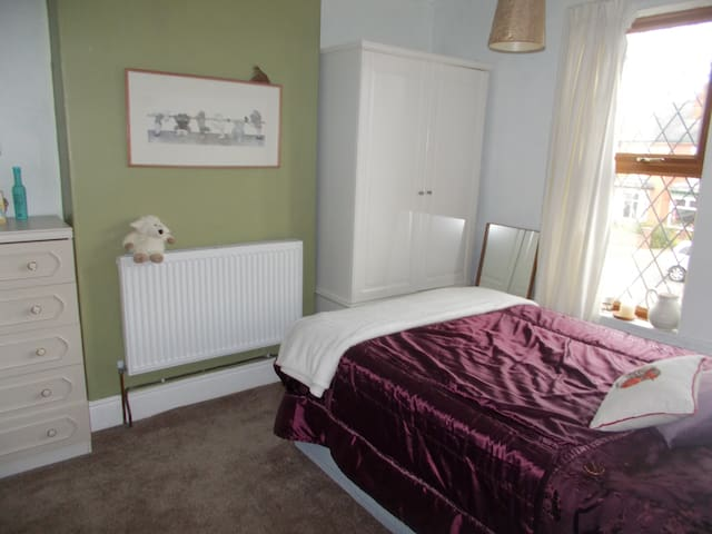 ROOMS AVAILABLE 1920S SEMI-IN CULTURAL LINCOLN UK
