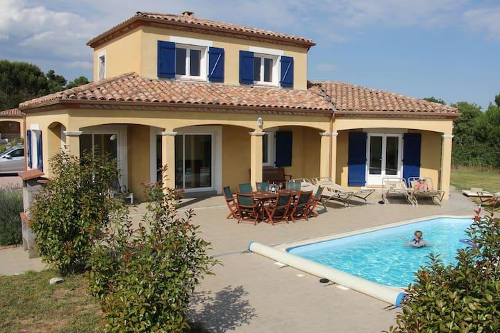 Spacious Villa near Villemoustaussou with Pool