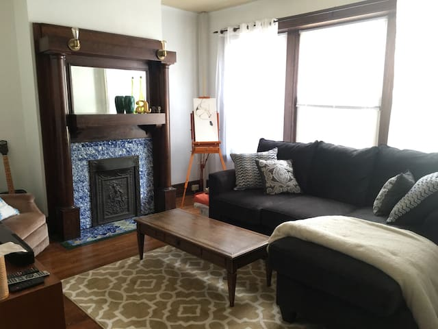 Charming Downtown Apartment - Champaign - Pis