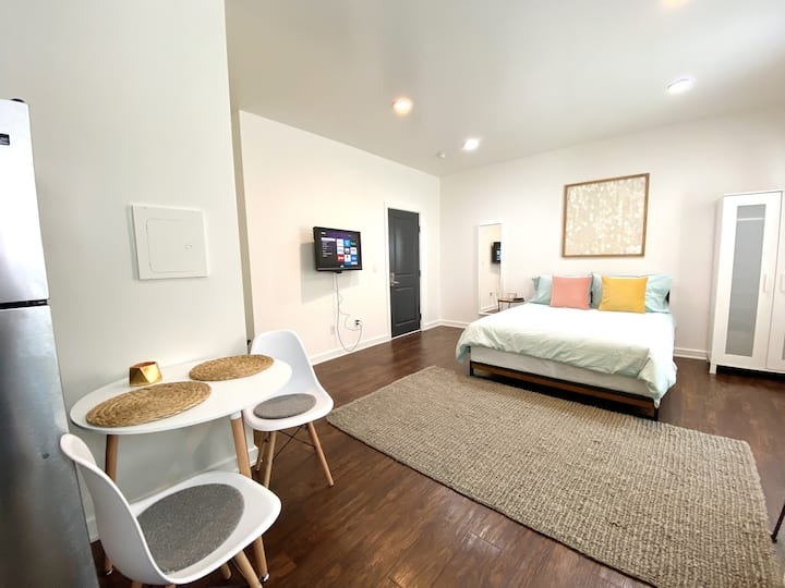 SPACIOUS STUDIO IN HEART OF HOLLYWOOD