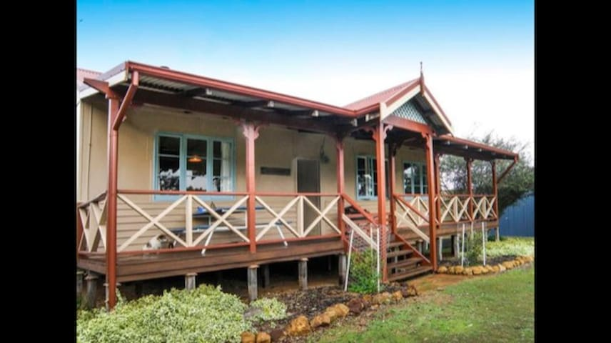 Illyarrie River Retreat, pet friendly on the river