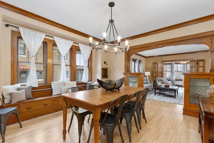 » Walk to Downtown + Lawrence    4 BDRM