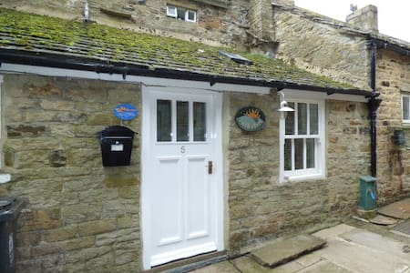Sundawn Cottage - Cosy Retreat for Two