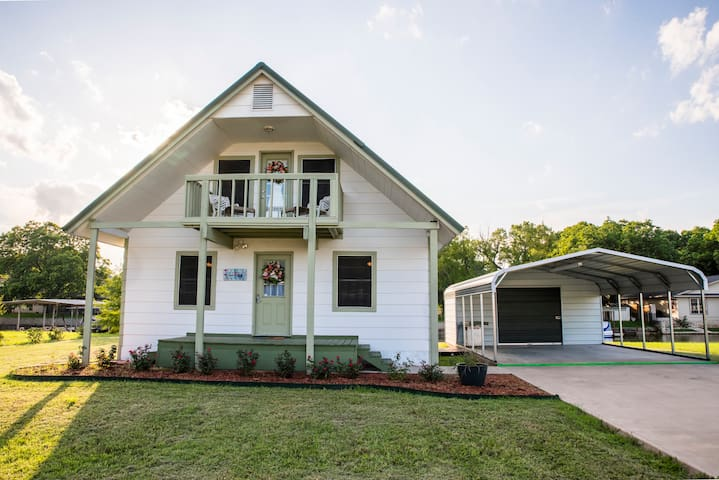 Charming Canal Home on Lake Granbury-Fish&Play - Granbury