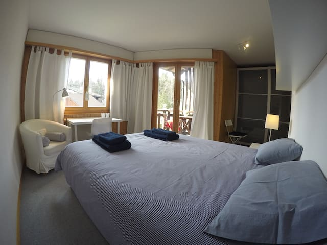 Double bedroom w/ private WC, 15 min. city center - Lausanne - Huis