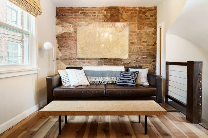 Cozy Queen Village Carriage House