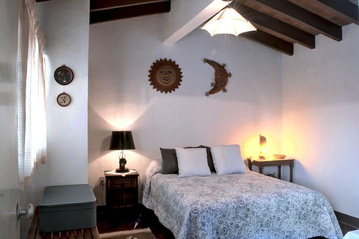 La habitación donde podrás descansar en la cama matrimonial con colchón nuevo.
