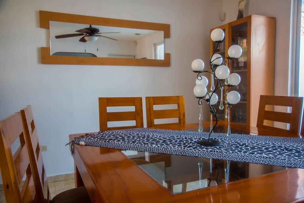 El comedor es para 8 personas. / Dining room has enough space for 8 people.