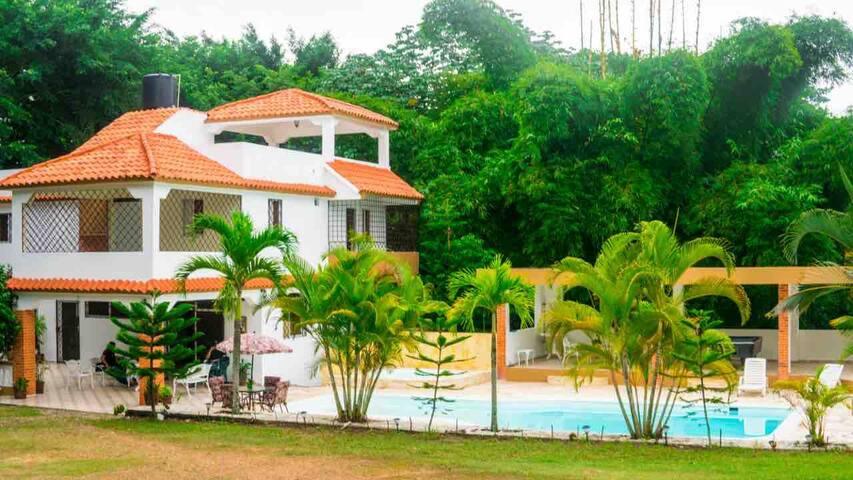 Rancho Rubi- Villa, 3 Pisos con Piscina y Jacuzzi