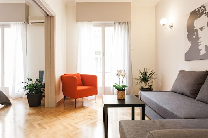 """Couth & comfy apartment 4"""" from metro Panepistimio"""