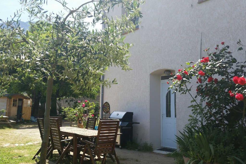 Studio 35m2 bas villa jardin 350m2 houses for rent in for Jardin 35m2