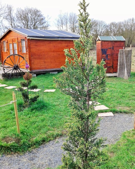 Le jardin insolite et atypique ou chalet, paillottes, tente viking nous font vivre du bien-être