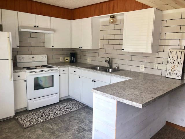 Clean, quiet 2 bedroom apartment close to downtown