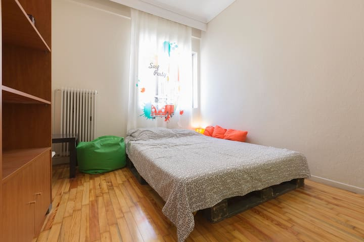 Sweet room with office and fan in the city center!