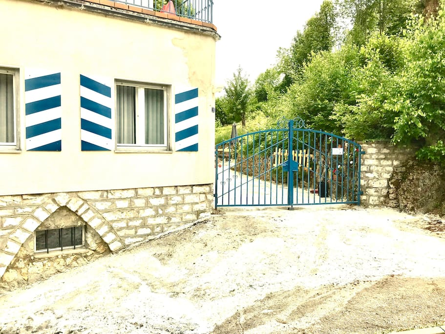 Access to property. The first blue metal gate, which you also see with the number 11 when you go up the street, is always closed, we do not use it. We have to go here in the house.