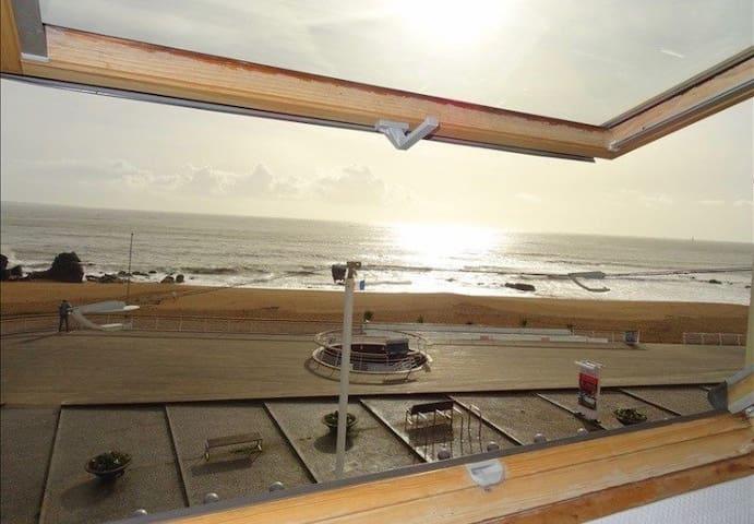 Vue sur la mer et l'esplanade