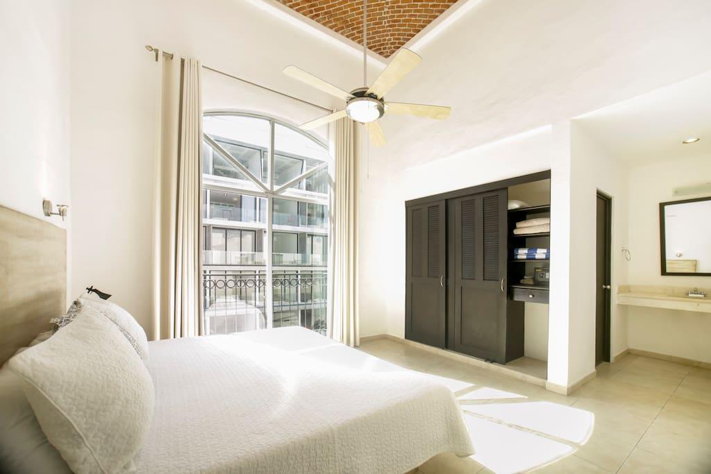 Master bedroom, full bath, high ceilings