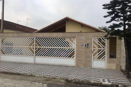 Casa PG de 1 dormitório 200 metros da praia