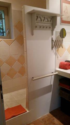 Douche à l'italienne carrelée.