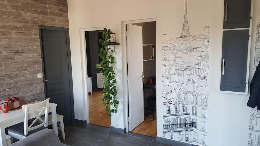 salon vu sur les chambres / living room with bedrooms view