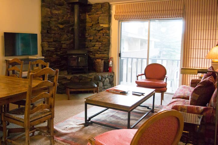 Bright townhome in Sun Valley with wifi and cozy fireplace