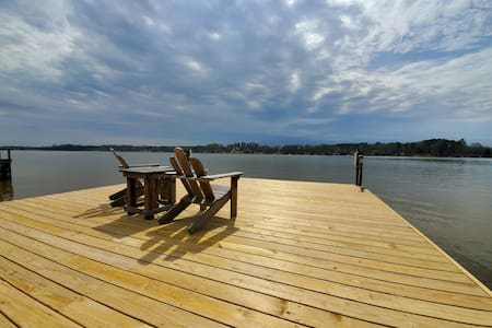 Deep Water Dock,  HUGE screened porch, 2 Kayaks