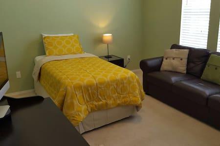 VIP Bright and Cozy Private Room - Rowlett