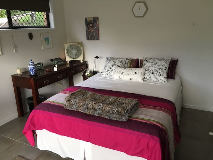 Burleigh Beach 6kms. Sunny Queen bed with ensuite.