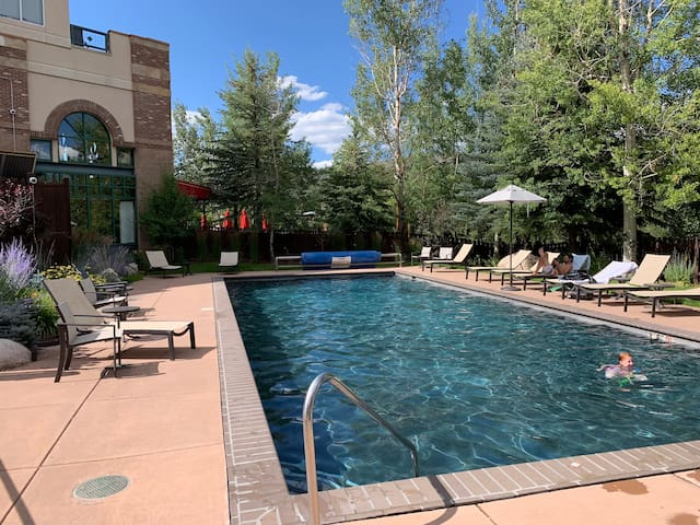 Beautiful Riverwalk Condo On River, Pool Hot Tub