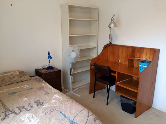 3. King Single, clean sunny bedroom - Clayton South