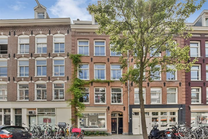 Sunny bright apartment in the heart of The Pijp