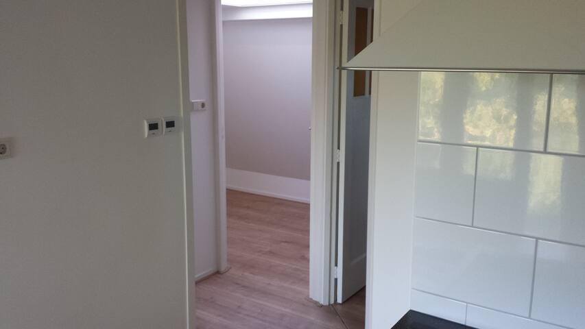 Links de badkamer, in het midden de eenpersoons slaapkamer en rechts de tweepersoons slaapkamer