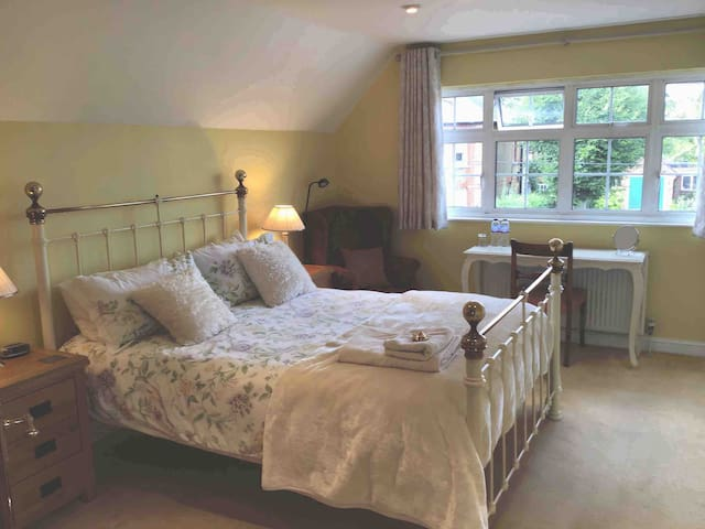 Spacious and bright ensuite room, private access.