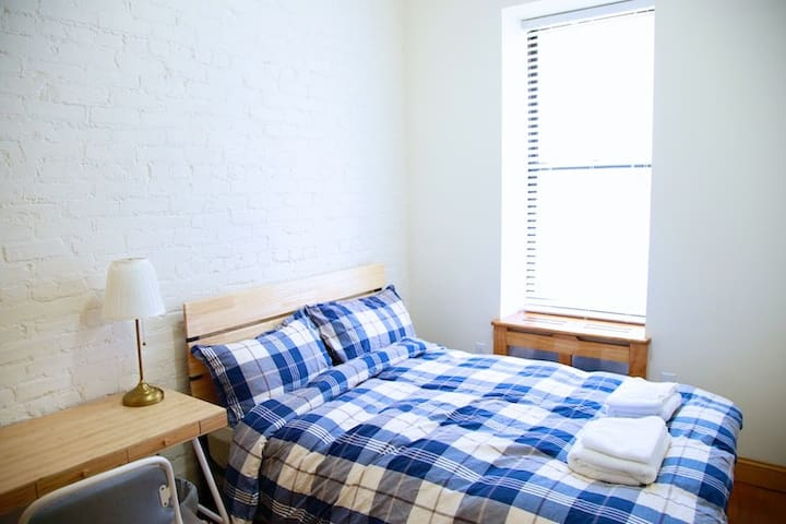 Sunny room close to Columbia University and MSM