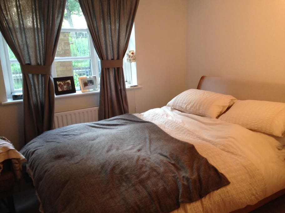 Bedroom with views of canal and Victoria Park
