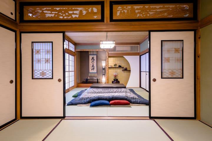 立派な欄間と飾り棚のある広々とした和室です。