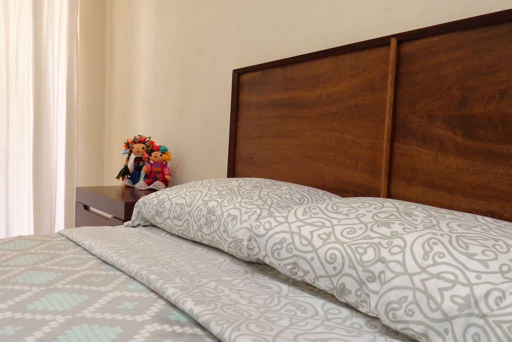 Comfortable pillows and clean sheets. Cómodas almohadas y sábanas limpias